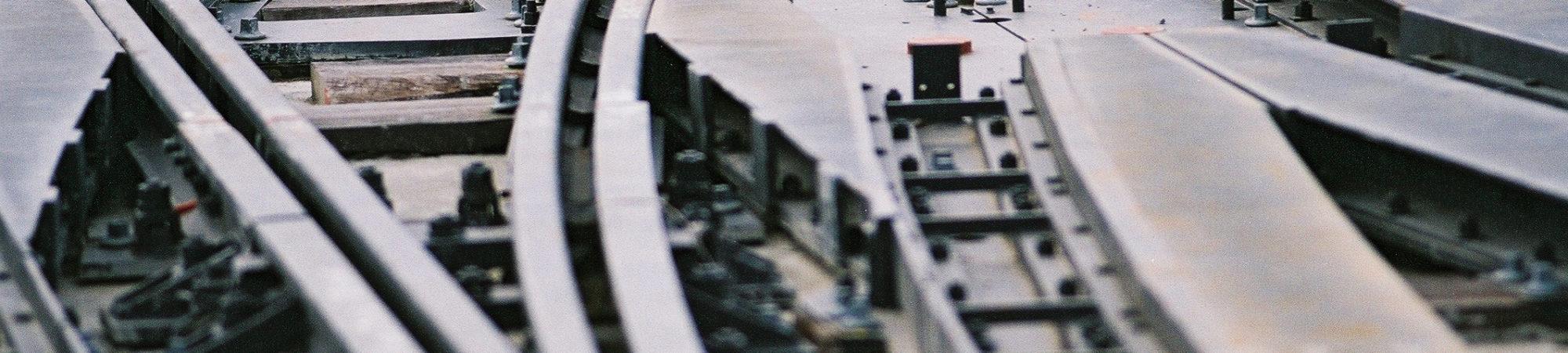 Situation au 31 Mars 2004 : Systeme : L'entreprise de pose de voie poursuit son installation sur le site du garage. On peut estimer la pose de voie a 60 metres. Les phases d'implantation et de topographie ont debute.