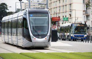 Bus et tramway en exploitation avenue de Grande-Bretagne.
